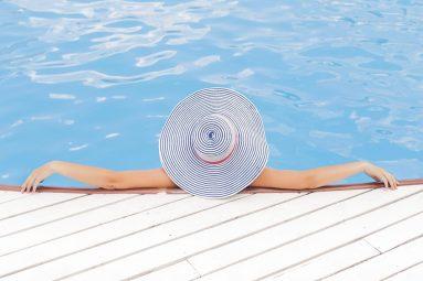 Tenersi in forma in estate con il nuoto all'aperto