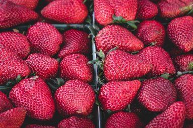 Dessert estivo: crumble di fragole e nocciole