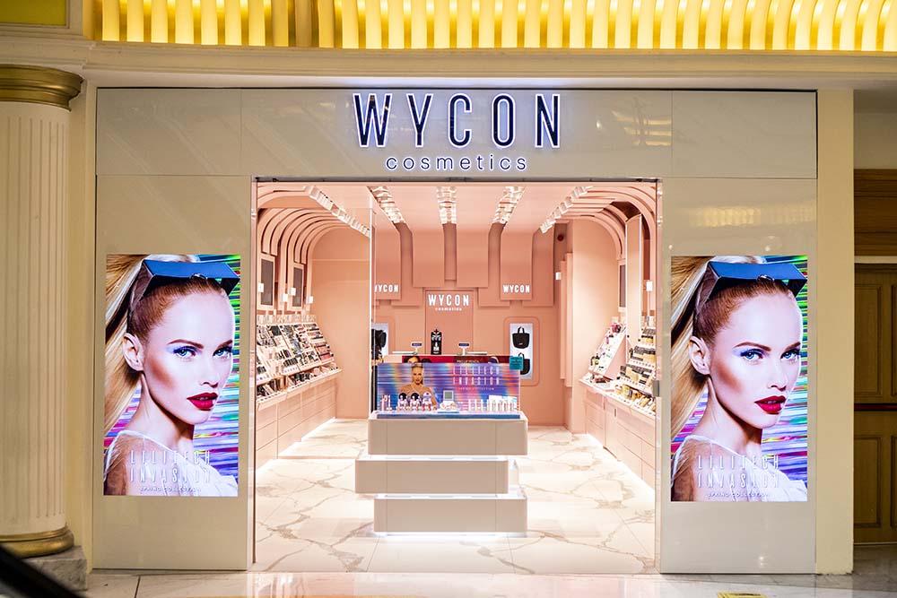 Nuovo look per Wycon: il negozio di cosmesi cambia veste